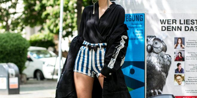 Rock&Chic Outfit mit Oversize Jeans Jacke & gestreiften HighWaist Shorts