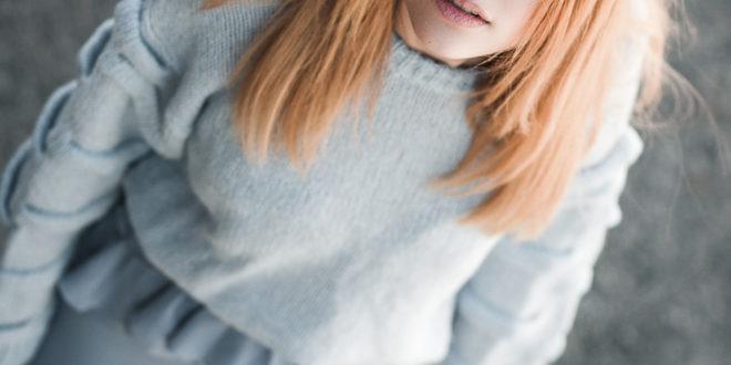 Blau & Blau – Volantkleid trifft Cozy Pullover